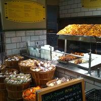 Das Foto wurde bei eatZi's Market & Bakery von Roddy d. am 10/10/2012 aufgenommen
