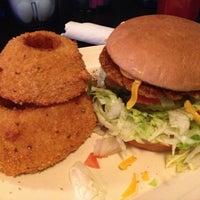 Снимок сделан в Hut's Hamburgers пользователем Sergio C. 3/11/2013