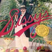 Foto tirada no(a) Sissy's Southern Kitchen & Bar por Lesley H. em 6/25/2013
