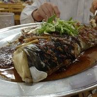 Das Foto wurde bei 赞宇蒸鱼饭店 von Simon W. am 4/22/2013 aufgenommen