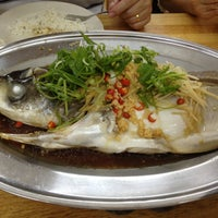 Das Foto wurde bei 赞宇蒸鱼饭店 von Simon W. am 4/28/2013 aufgenommen