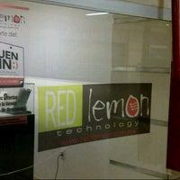 Foto tirada no(a) Red Lemon por Angel S. em 11/13/2012
