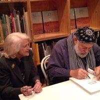 รูปภาพถ่ายที่ Dashwood Books โดย Mark G. เมื่อ 11/19/2013