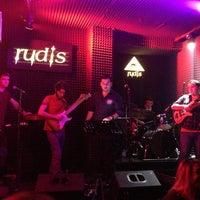 Foto diambil di Rudis Bar oleh Özgür Ö. pada 3/1/2013