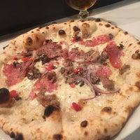 10/28/2017 tarihinde Chris H.ziyaretçi tarafından Fireflour Pizza + Coffee Bar'de çekilen fotoğraf