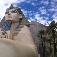 รูปภาพถ่ายที่ Luxor Hotel & Casino โดย Сергей Г. เมื่อ 5/6/2013