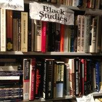 Photo prise au Capitol Hill Books par iROCKMYOWNSTYLE le5/18/2013