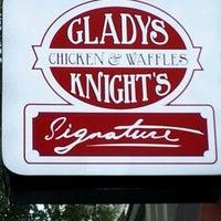 Photo prise au Gladys Knight's Signature Chicken & Waffles par Brenda D. le10/20/2012