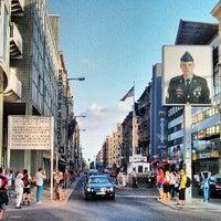 Das Foto wurde bei Checkpoint Charlie von Luis Enrique P. am 7/15/2013 aufgenommen