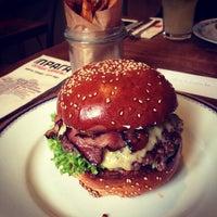 Das Foto wurde bei Dish – Fine Burger Bistro von Алёна К. am 11/6/2013 aufgenommen