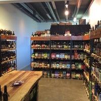Das Foto wurde bei WhichCraft Beer Store von Tony W. am 5/13/2014 aufgenommen