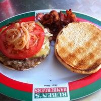 Foto tomada en Ruben's Hamburgers por Jorge B. el 11/16/2012