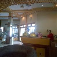 Foto scattata a Bromo View Hotel & Restaurant da Angga P. il 5/22/2013