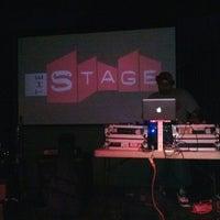 Das Foto wurde bei The Stage von Erik O. am 3/10/2013 aufgenommen