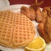 Photo prise au Gladys Knight's Signature Chicken & Waffles par Michael W. le11/15/2012