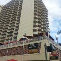 Снимок сделан в Aston Waikiki Beach Hotel пользователем Lindsay C. 4/12/2013