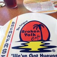 Foto tirada no(a) Broken Yolk Cafe por Michelle R. em 7/23/2014