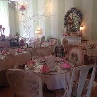 Foto scattata a English Rose Tea Room da Shilpi T. il 4/2/2014