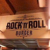 Foto tirada no(a) Rock 'n' Roll Burger por Tata G. em 10/27/2012