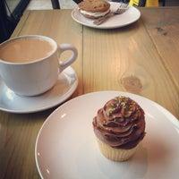 Foto scattata a Mae's Bakery da Tracy il 4/28/2013