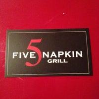Das Foto wurde bei 5 Napkin Grill von Maurice W. am 5/7/2013 aufgenommen
