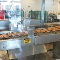 Das Foto wurde bei Krispy Kreme Doughnuts von Jacky W. am 4/7/2013 aufgenommen