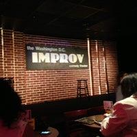 Photo prise au DC Improv Comedy Club par Rosalyn D. le4/7/2013