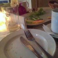 Das Foto wurde bei Café Klatsch von Scott D. am 11/9/2013 aufgenommen