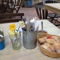 รูปภาพถ่ายที่ La Cafetería โดย Marcela H. เมื่อ 6/2/2012