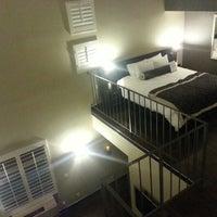 Foto tomada en Ramada Plaza West Hollywood Hotel and Suites por Ulises F. el 11/5/2012
