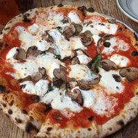 Das Foto wurde bei Roberta's Pizza von christina lynn agatha am 12/6/2012 aufgenommen
