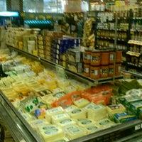 5/5/2013 tarihinde Lil M.ziyaretçi tarafından Farmer Joe's Marketplace'de çekilen fotoğraf