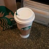 Foto tirada no(a) Starbucks por Christina O. em 10/11/2016