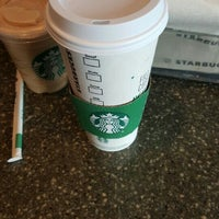 Foto tirada no(a) Starbucks por Christina O. em 5/3/2016