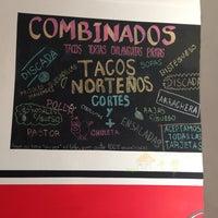 Das Foto wurde bei COMBInados, Tacos, cortes y + von Gabriel L. am 2/8/2013 aufgenommen