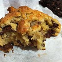 Foto tomada en Levain Bakery por Wafa S. el 12/21/2012