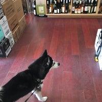 Foto tomada en Henry's Wine and Spirit por Lucy C. el 2/26/2017