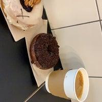 รูปภาพถ่ายที่ Crosstown Doughnuts & Coffee โดย Naseer R. เมื่อ 7/4/2019