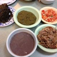 Foto tomada en Helena's Hawaiian Food por Kim F. el 10/7/2012