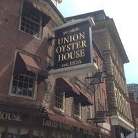 รูปภาพถ่ายที่ Union Oyster House โดย Lo N. เมื่อ 4/27/2013
