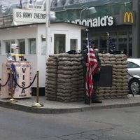 Das Foto wurde bei Checkpoint Charlie von Duygu K. am 4/25/2013 aufgenommen