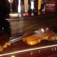 Foto scattata a Quinn's Irish Pub da Julian M. il 11/3/2013