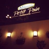 Das Foto wurde bei Petit Pain Patisserie von guliz am 9/7/2013 aufgenommen