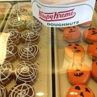 Das Foto wurde bei Krispy Kreme Doughnuts von Gena S. am 9/29/2012 aufgenommen