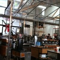 รูปภาพถ่ายที่ Intelligentsia Coffee & Tea โดย Amanda T. เมื่อ 12/16/2012