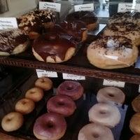 Das Foto wurde bei Dun-Well Doughnuts von *Bitch Cakes* am 1/13/2013 aufgenommen