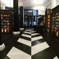 8/10/2015에 Rafe T.님이 Rizzoli Bookstore에서 찍은 사진
