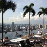 1/7/2013 tarihinde Alexey O.ziyaretçi tarafından Rooftop Infinity Pool'de çekilen fotoğraf