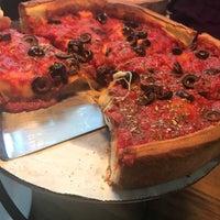 Foto tirada no(a) Patxi's Pizza por Heather H. em 5/15/2017