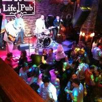 Foto diambil di Life Pub oleh Olga L. pada 12/23/2012